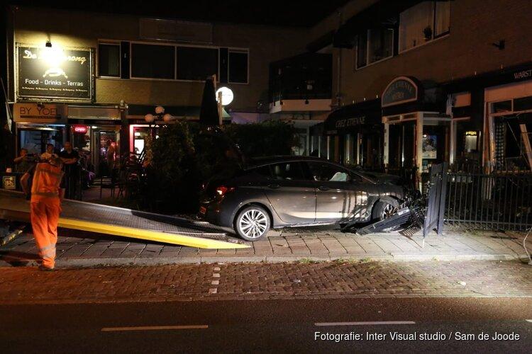 Auto met hoge snelheid Frans restaurant ingereden in Landsmeer