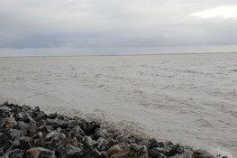 Zeiljacht raakt gedeeltelijk onder water: drie opvarenden uit het water gehaald