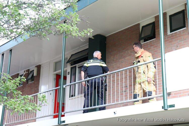 Pan vat vlam in Monnickendam, persoon in ambulance nagekeken