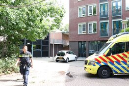 Pan vat vlam in Monnickendam, persoon in ambulance nagekeken