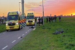 Auto schept twee fietsers van achteren in Landsmeer
